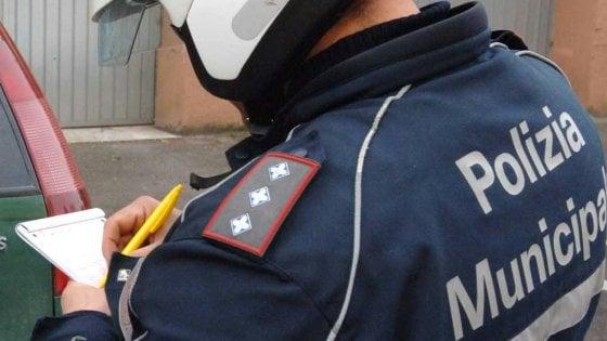 Palermo, ambulante abusivo aggredisce vigili con mazza da baseball