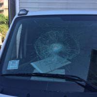 Vigili aggrediti da ambulante a Palermo, mezzi danneggiati dalla mazza da baseball
