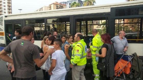 Palermo, autobus contro auto in piazza De Gasperi: quindici passeggeri feriti