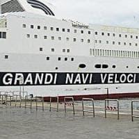 Si guasta la nave diretta a Napoli, passeggeri spostati sul traghetto per
