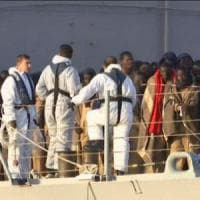 Migranti, i superstiti del naufragio sbarcano ad Augusta:
