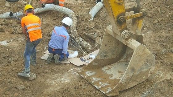 Anello ferroviario, cavo tranciato durante gli scavi: case e negozi al buio in via Amari