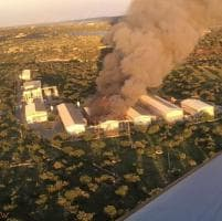Modica, vasto incendio all'azienda agricola Ovoblanco: disperso un operaio