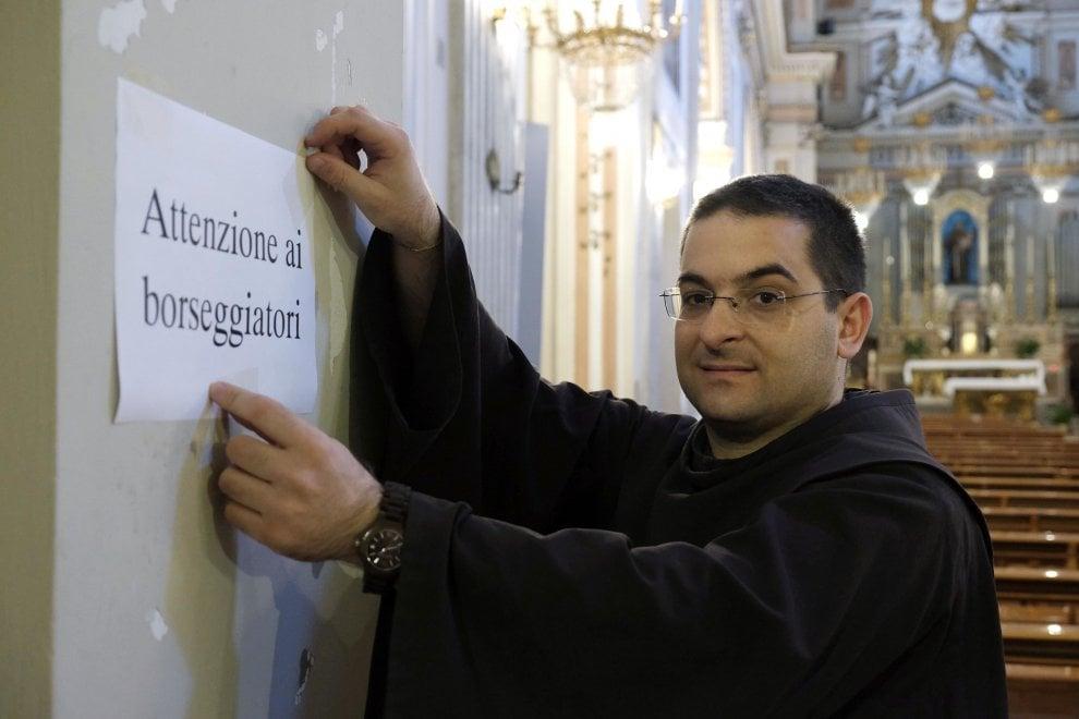 Palermo, ladri in azione durante messe e funerali: in chiesa spuntano i volantini antiborseggio