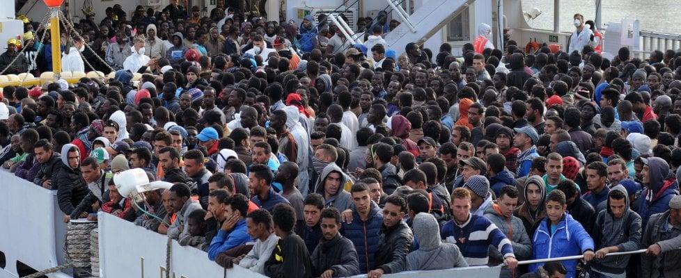 Palermo, notte di tensione con i migranti al porto: sbarco a rilento sotto vento e pioggia (video)
