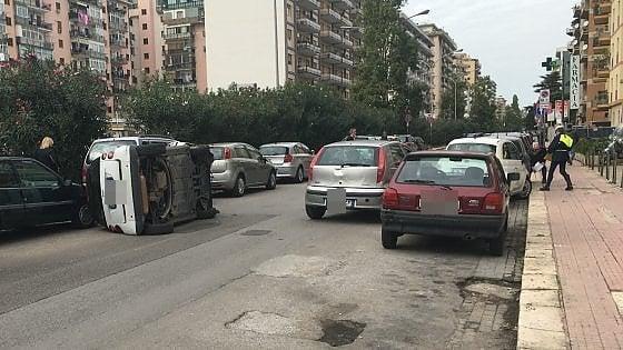Incidente in via delle Alpi, si ribalta un'auto, ferita una ragazza