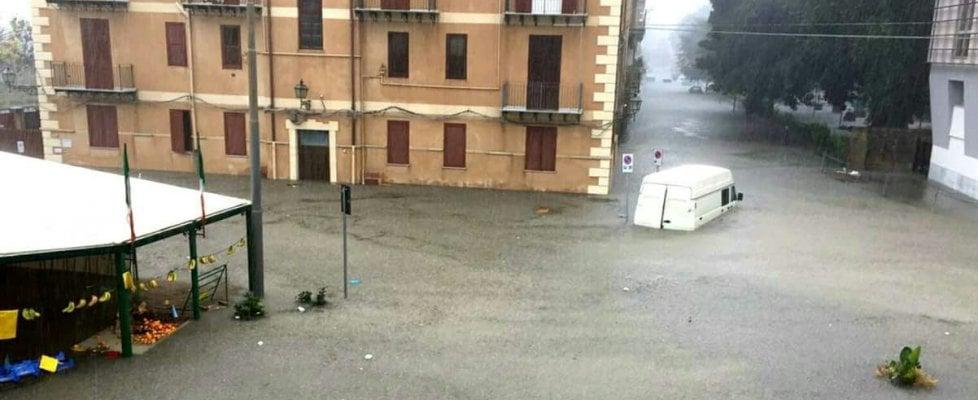 """Nubifragio su Licata, strade invase dall'acqua. Scuole chiuse, il sindaco: """"Non uscite di casa"""""""
