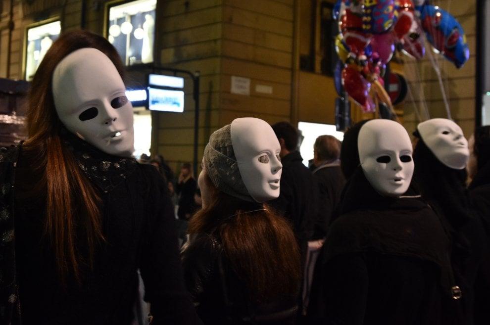 Palermo, in corteo per No con maschere e bara