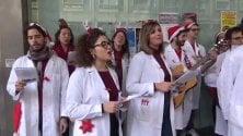 Il coro di Natale dei medici in erba