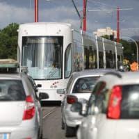 Palermo, finisce con l'auto sui binari del tram: bloccata per ore la linea