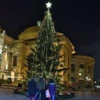 Palermo, città addobbata a festa per il Natale: nelle piazze spuntano gli alberi