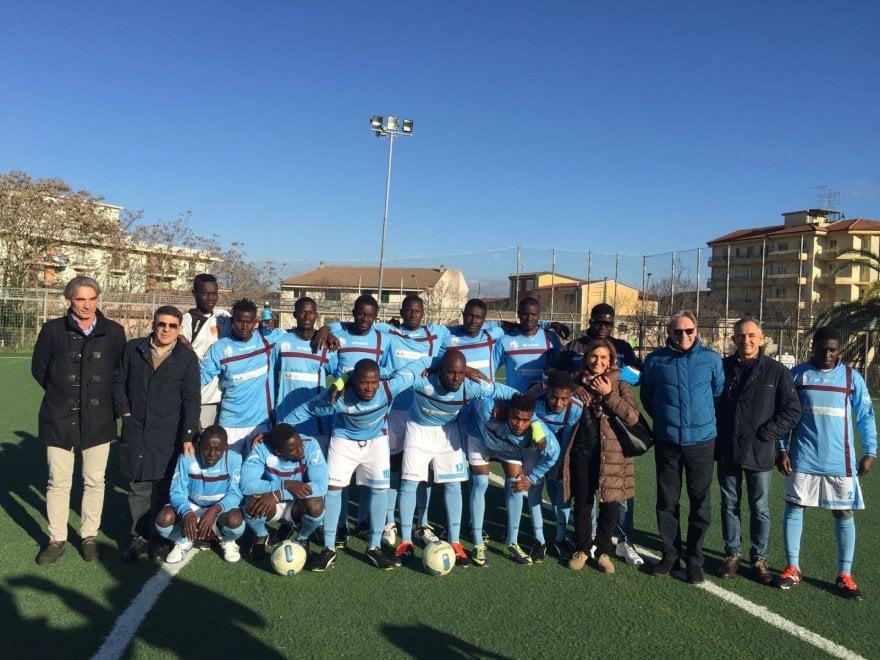 Ragusa debutto in campionato per la squadra di calcio formata da migranti 1 di 1 palermo - Squadra per piastrellisti ...