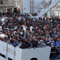 """Migranti, aumentano le espulsioni, il sindaco di Palermo contesta il provvedimento: """"Un salto indietro"""""""