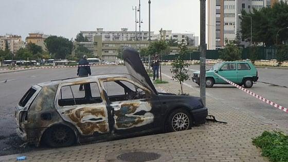 Cadavere carbonizzato in auto Giallo in un parcheggio