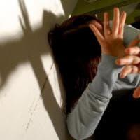 Picchiata dal marito, trova il coraggio di denunciarlo: scatta l'arresto