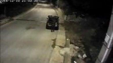 Comiso, abbandona i rifiuti in strada il sindaco lo multa e lo irride con un video