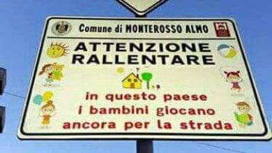 """Monterosso Almo: il cartello  foto   """"Qui i bambini giocano ancora per strada"""""""