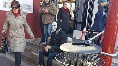 Con maschera e valigetta in fermata tram scatta allarme terrorismo