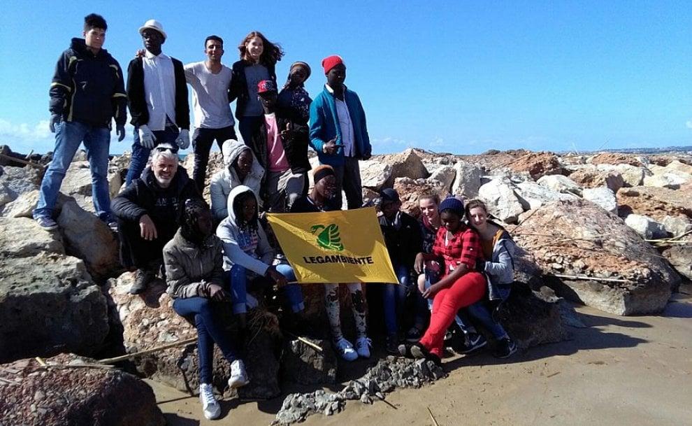 Scicli: i migranti richiedenti asilo ripuliscono la spiaggia con i volontari