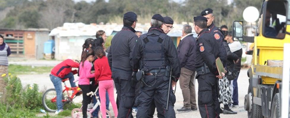 Palermo: blitz all'alba al campo nomadi della Favorita