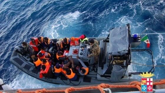 Migranti: 1100 in salvo nel Canale di Sicilia