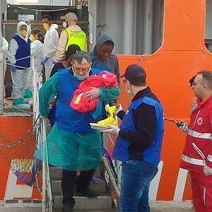 Maxi sbarco di migranti. Tra loro un neonato di appena sei ore