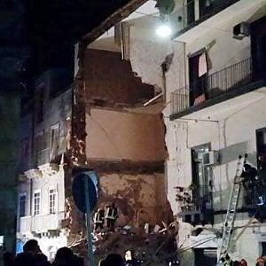 Catania, palazzina di 3 piani crolla dopo esplosione: una vittima, si cercano dispersi