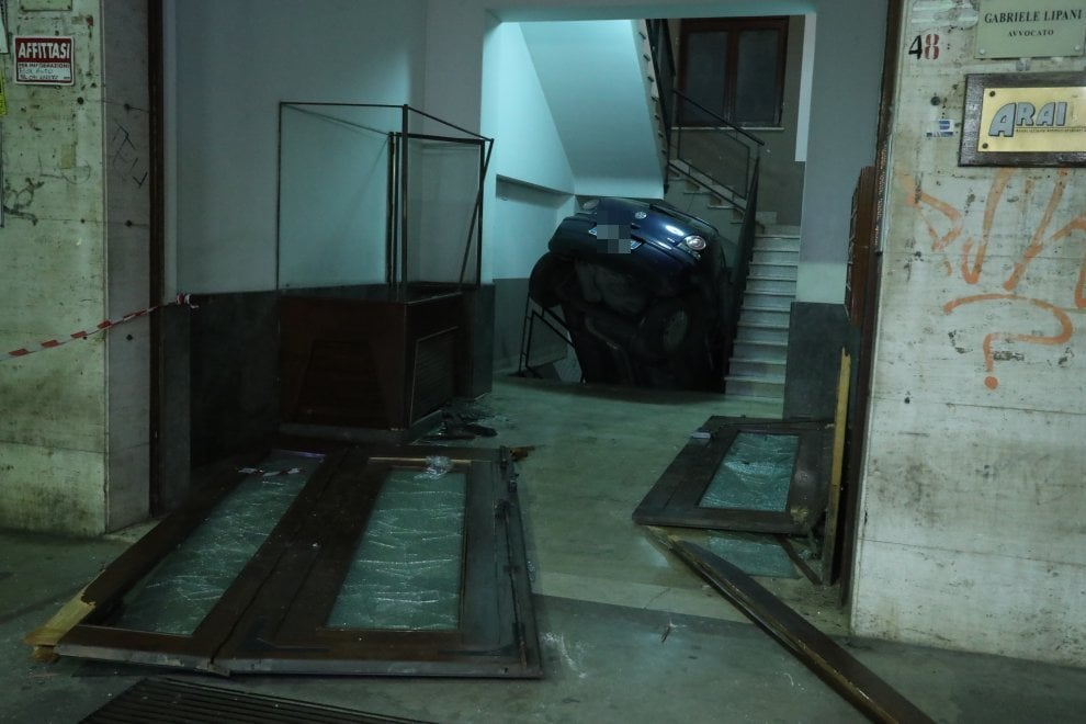 Palermo: sfonda il portone con l'auto e finisce nella rampa delle scale