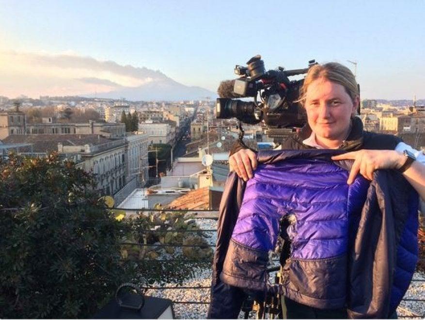 Esplosione sull'Etna, l'operatrice della Bbc mostra la giacca rovinata dai lapilli