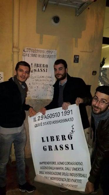 Palermo: tre ragazzi salvano il manifesto per Libero Grassi
