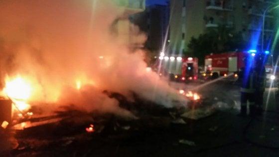 Palermo. Vampe di San Giuseppe: tradizione e violenza. Trenta roghi e sassaiole contro i pompieri