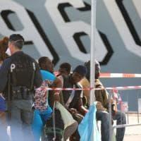 Migranti: 725 sbarcati a Augusta, anche i 140 superstiti del naufragio