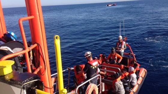 Migranti: più di duemila salvati in un giorno nel Mediterraneo, un morto