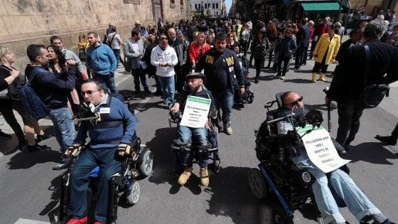 """Fondi ai disabili, Crocetta sotto assedio. I comitati: """"Dimettetevi"""", i regionali: """"Giù le mani dalle pensioni"""""""