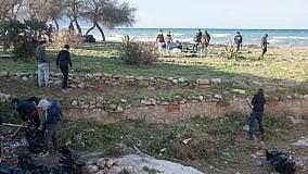 """I """"turisti"""" di Palermo puliscono la villetta in riva al mare"""