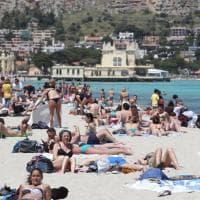 A Mondello è già estate: aprono due lidi ed è folla di bagnanti