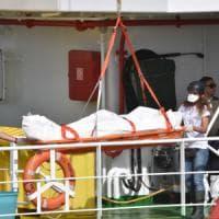 Catania, sbarca la nave di Medici senza frontiere con i cadaveri di sei