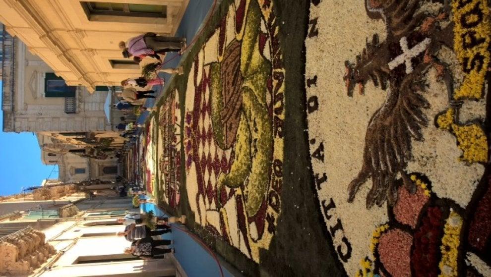 Il principato di Monaco su tappeti di Petali: l'infiorata di Noto