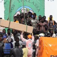 Migranti, arrivata la nave con 1000 profughi e sette cadaveri