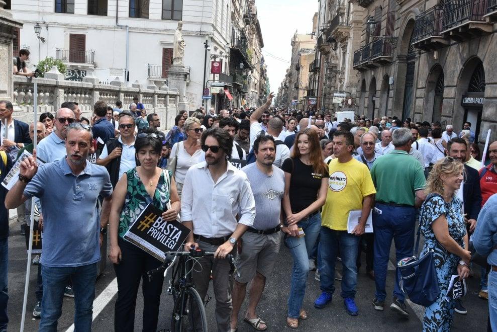 Cinquestelle in marcia contro i vitalizi ai deputati 1 for Deputati cinque stelle