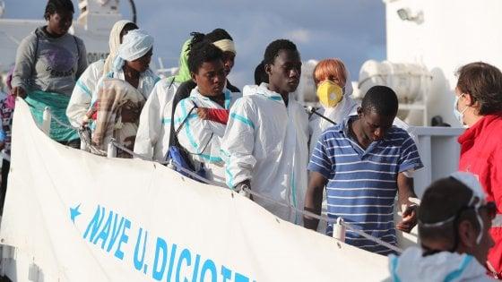 Sbarco di migranti al porto di Palermo, salvati in mille nel Canale di Sicilia