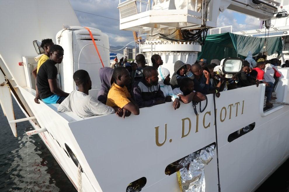 Sbarco di mille migranti a Palermo