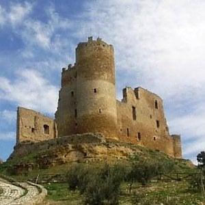 Il Castello di Mazzarino imbrattato dai writers, denunciati cinque baby-vandali