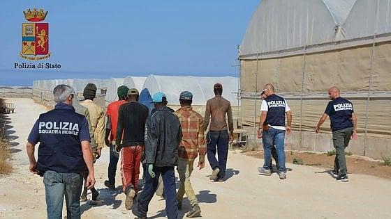 Caporalato: Ragusa, 26 operai in condizioni disumane, 2 arresti