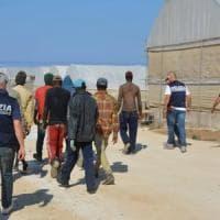 Richiedenti asilo sfruttati nelle serre di Vittoria, arrestati i titolari