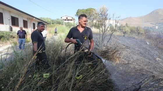 Palermo: vasto incendio a Villagrazia, fiamme lambiscono case