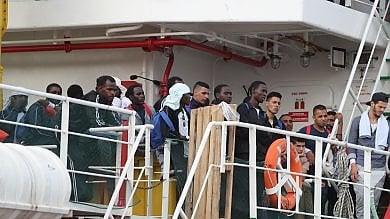 Migranti, a Pozzallo sbarcano in 673 sulla nave c'è la salma di un neonato
