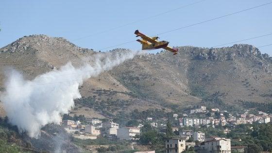 """Vasti incendi in Sicilia, i forestali senza benzina e mezzi. I sindacati: """"Disastro colpa della Regione"""""""