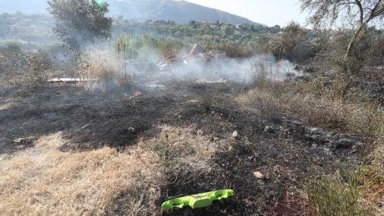 Emergenza incendi nel Palermitano, a Misilmeri i forestali senza mezzi vanno a piedi