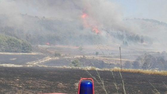 Sicilia ostaggio delle fiamme. A Patti evacuati casa di riposo e resort